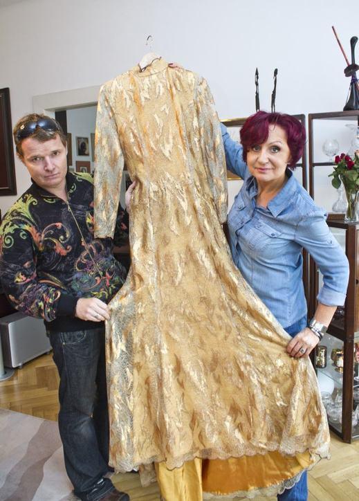 Petře Janů se vrátily šaty mrtvého návrháře!