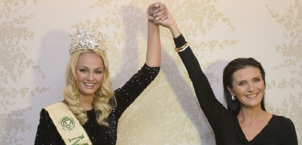 Do poroty letos zasedla Miss Earth 2012 Tereza Fajksová.