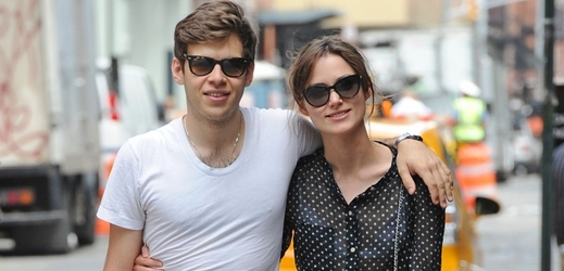 Keira Knightleyová a její snoubenec James Righton.