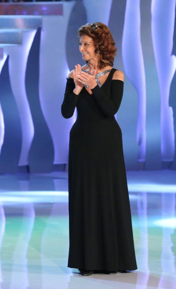 7ab40ca52 Sophia Lorenová vsadila na jednoduché černé pouzdrové šaty s dlouhými  rukávy a udělala dobře. Skvěle