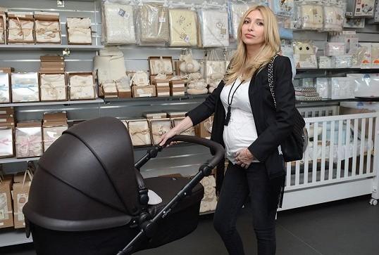 1912d31b13 Návrhářka Mentlová čeká prvního potomka. Je v šestém měsíci ...