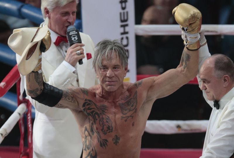 Mickey Rourke se vrátil do ringu.
