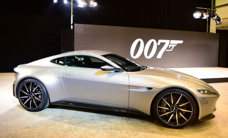 James Bond dostal zbrusu nový model auta Aston Martin DB10.