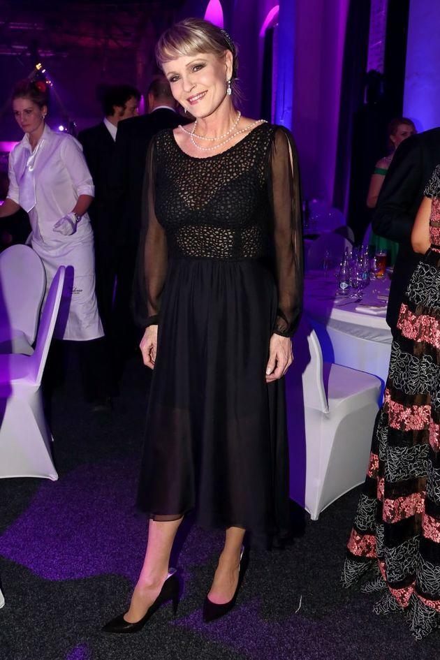 Ta se toho nebojí. Chantal Poullain oblékla průhledné šaty s podprsenkou!  0044f2ef81d