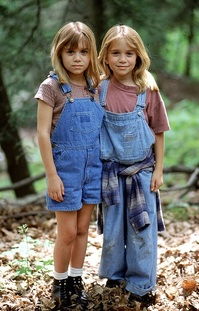 Ashley Olsen a Mary-Kate Olsen ve filmu Malé dohazovačky z roku 1995.