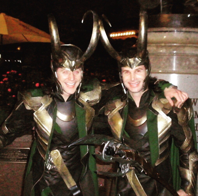 Tom Hiddleston (Loki) a Paul Lacovara.