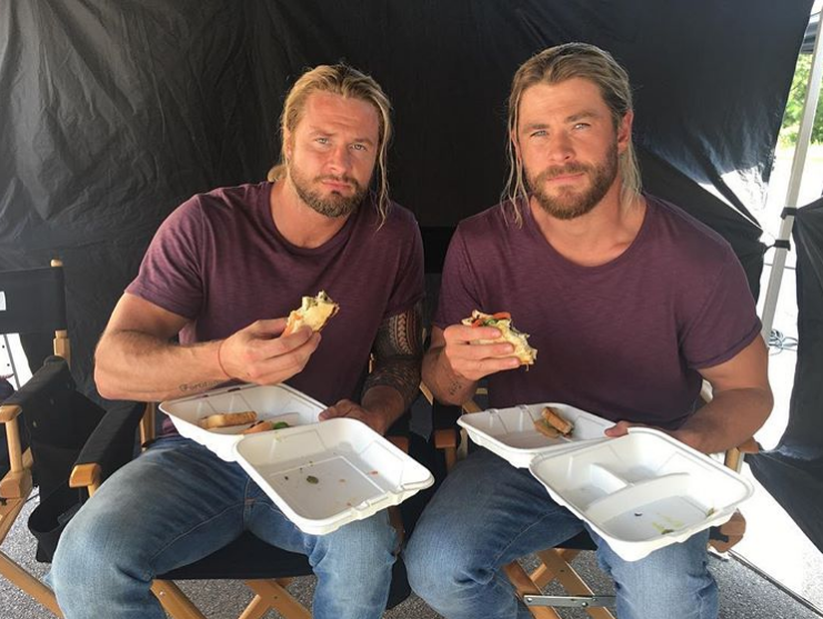 Chris Hemsworth (Thor) a Bobby Holland.