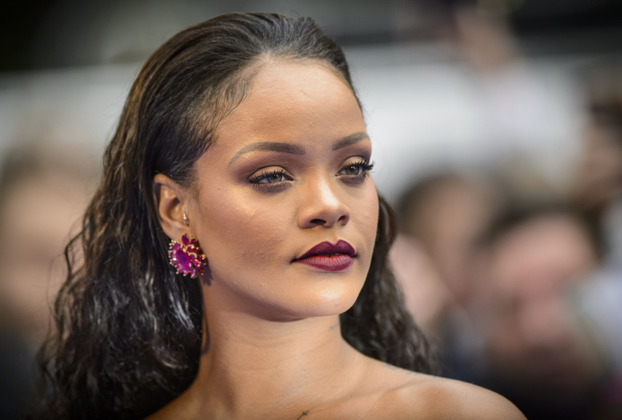 Rihanna se soudí se svým otcem. Parazituje na jejím jméně!  50aa35f89a