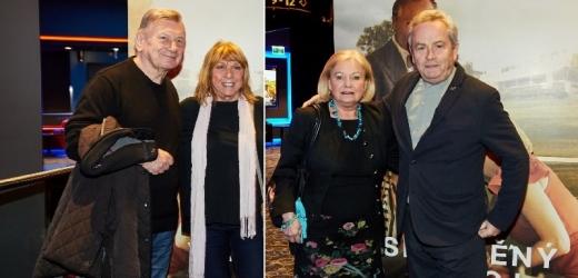 Dvořák a Hemala vyvedli manželky do kina.
