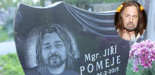 Hrob Jiřího Pomeje už je kompletní. Zdobí ho hercova podobizna.