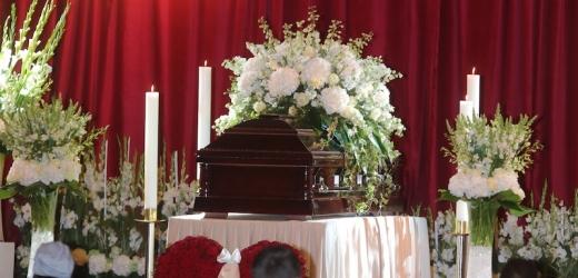 Truchlící přenesli záplavu květin pro svého idola.