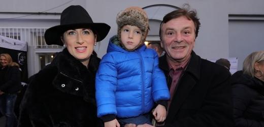 Pavel Trávníček s manželkou a synkem.
