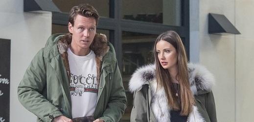 Tomáš Berdych s manželkou Ester vyrazili na procházku po Praze v dokonalé barevné souhře s puncem luxusu.