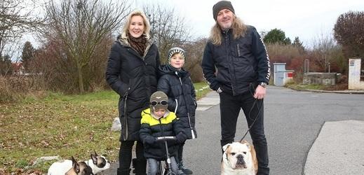 Jovanka a Josef Vojtkovi s rodinou.