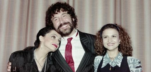 Spokojený režisér Zdeněk Troška objímal představitelky čarodějnice a čerta Lucii Bílou a Yvettu Blanarovičovou.