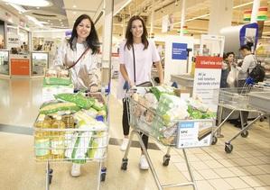 Obě krásky nakoupily především trvanlivé potraviny.