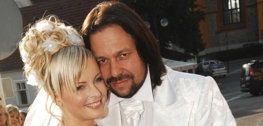Svatba Ivety Bartošové a Jiřího Pomeje byla kýčovitá až běda.