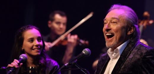 Karel Gott s dcerou Charlotte společně nazpívali slavný duet.